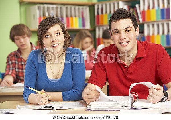 scholieren, studerend , tiener, klaslokaal - csp7410878