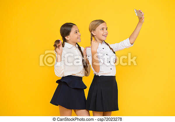 Para mi perfil. Los niños hacen fotos de selfie, amistad. Niñas con uniforme escolar. De vuelta a la escuela. Un blog educativo. Tecnología digital. Educación online. Día de conocimiento. Amigos felices con smartphone - csp72023278
