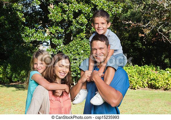 schouders, kinderen, hun, gezin, vrolijke  - csp15235993