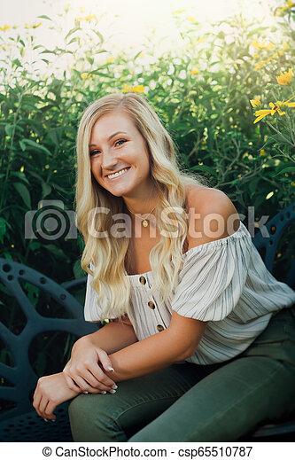 schule, blond, foto, hoch, älter, draußen, m�dchen, kaukasier - csp65510787