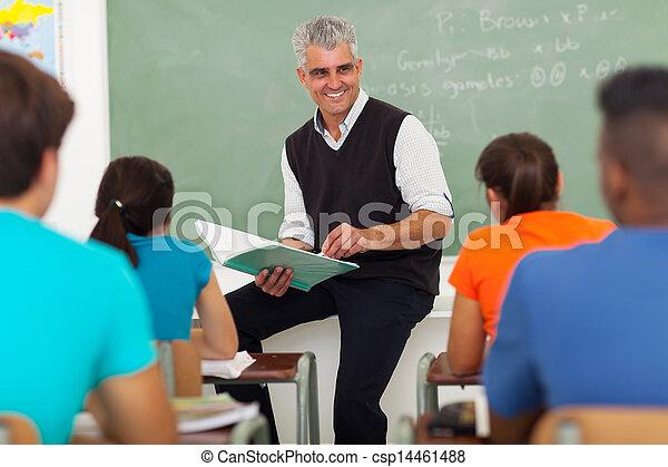 Senior-Lehrer-Gruppe der High School Schüler - csp14461488