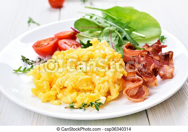 Scrambled eggs, bacon and vegetable salad - csp36340314