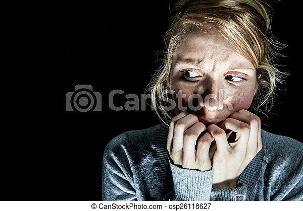scuro, donna, timoroso, qualcosa - csp26118627