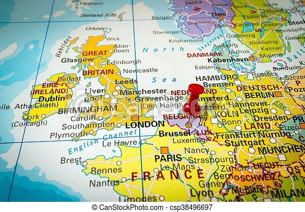 Una chincheta roja en un mapa, una aguja apuntando a Brussel - csp38496697