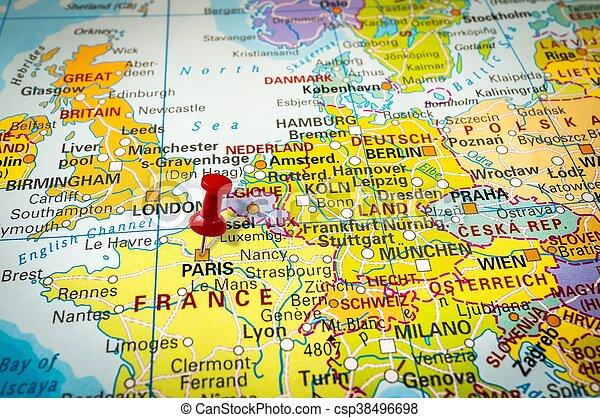 Una chincheta roja en un mapa, empujando hacia París - csp38496698