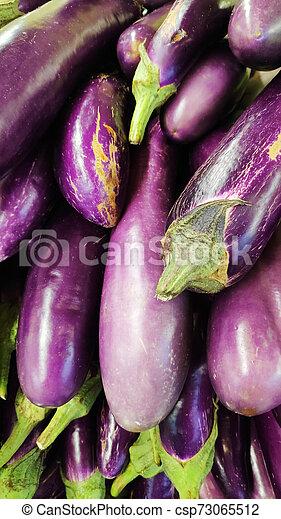 Brinjal en el puesto de alimentos en el mercado seco - csp73065512