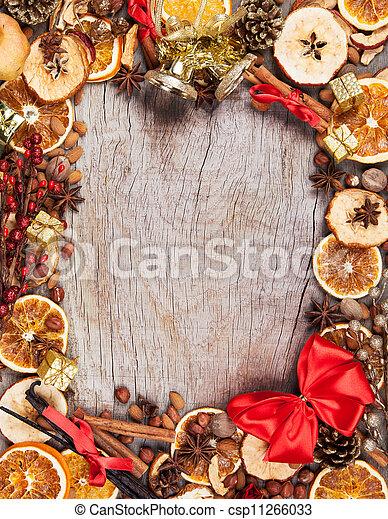 Spices navideñas con rodajas secas de naranja y manzana en cuadro con espacio libre para el texto - csp11266033