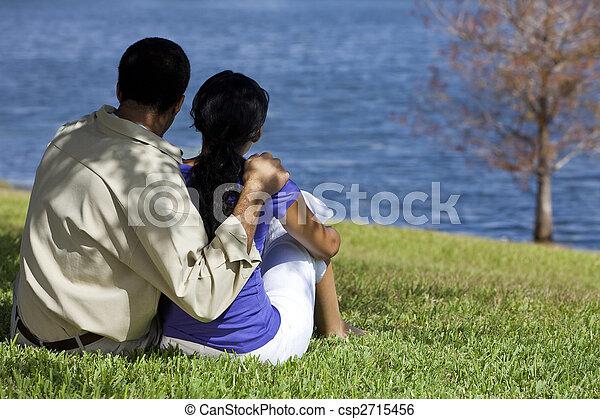 seduta, coppia, lago, americano, africano, vista posteriore - csp2715456
