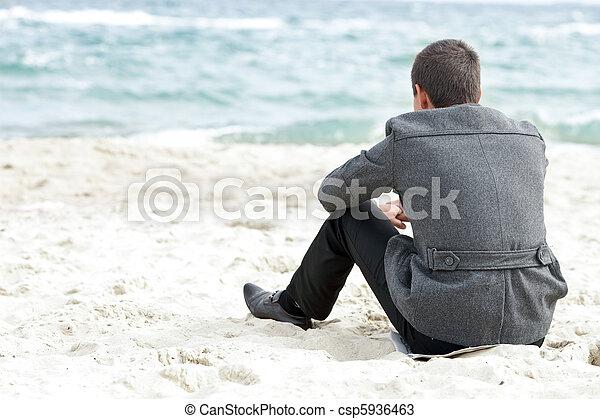 seduta, solo, uomo affari, godere, spiaggia, vista - csp5936463