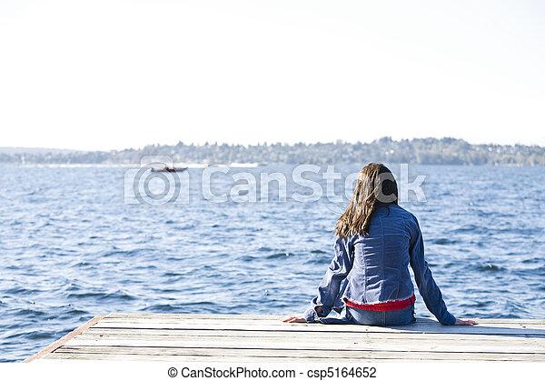 seduta, sopra, dall'aspetto, bacino, lago, water., solo, ragazza, fuori - csp5164652