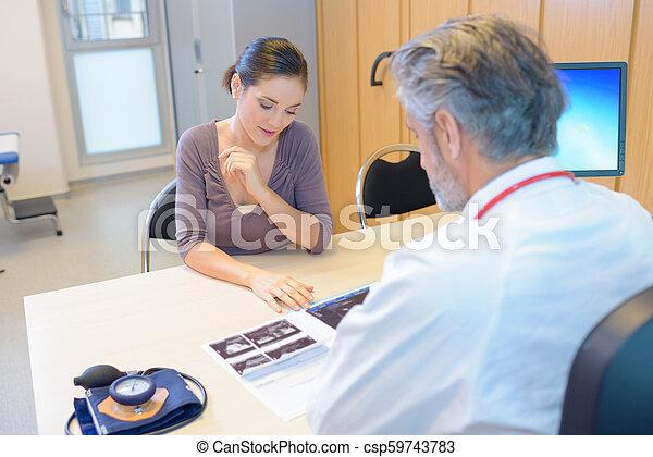 El doctor sigue la cita - csp59743783