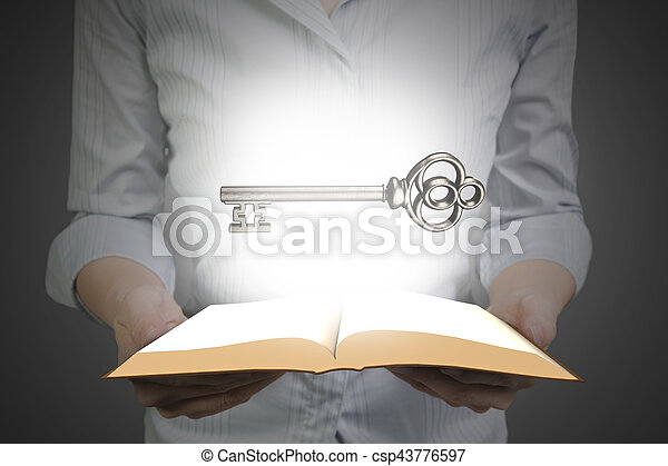segurando, tesouro, livro, tecla, mãos, abertos - csp43776597