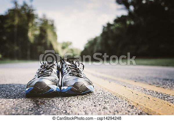 sein, gebraucht, gerecht, schuhe, einsam, rennender , warten, paar, neu , offene straße - csp14294248