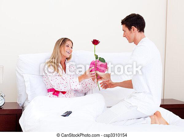 seine, ehefrau, geben, ehemann, bezaubernd, geschenk - csp3310154