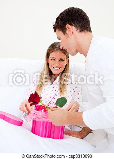 seine, ehefrau, geben, ehemann, attraktive, geschenk - csp3310090