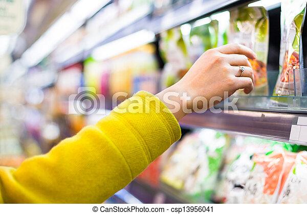Una selección de mercancía en el supermercado - csp13956041