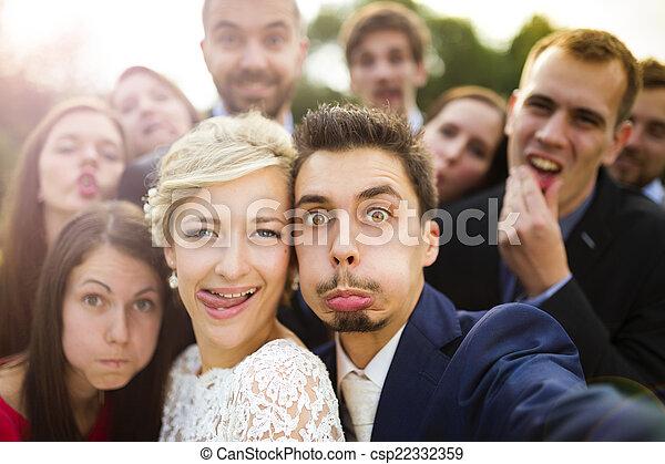 selfie, amis, prendre, nouveaux mariés - csp22332359