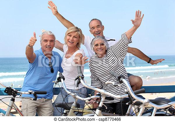 senior, fietsen, groep, mensen - csp8770466