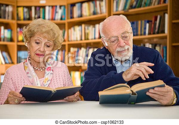 senior koppel, bibliotheek - csp1062133