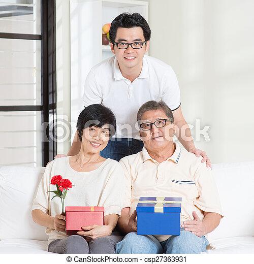 Senior Krijgen Ouders Cadeau Kind