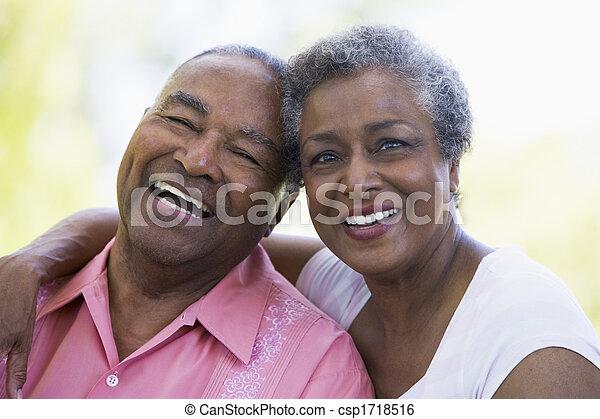 senior, sittande, koppla utomhus - csp1718516