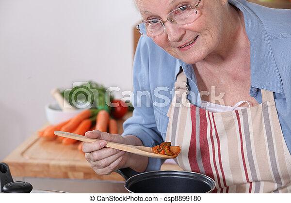 senior woman, főzés - csp8899180