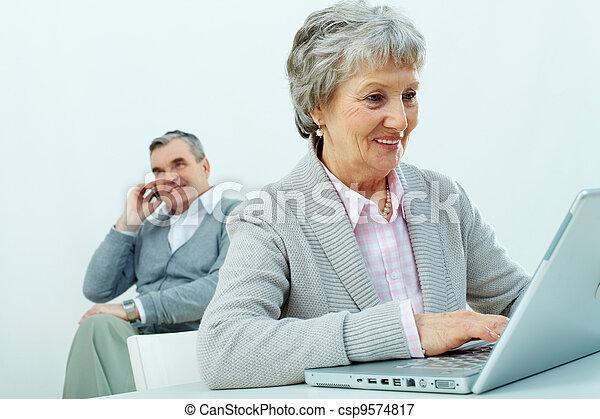 seniors, elfoglalt - csp9574817