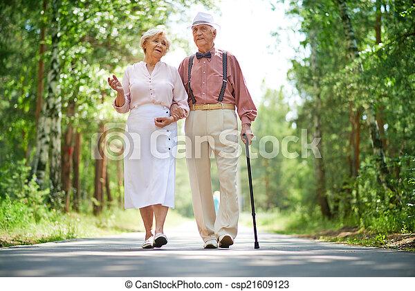 seniors, gyalogló - csp21609123