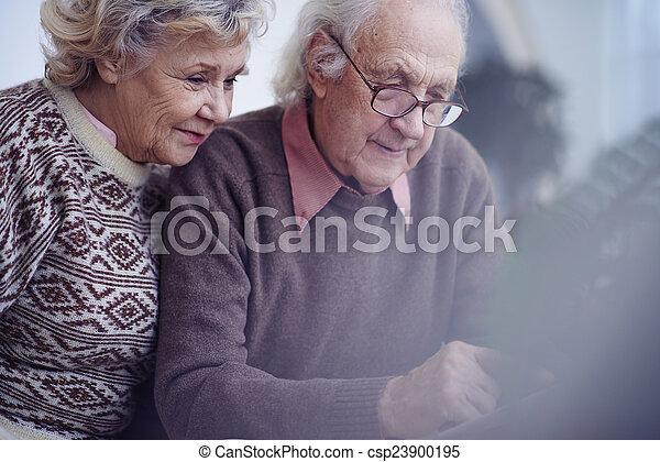 seniors, gyengéd - csp23900195