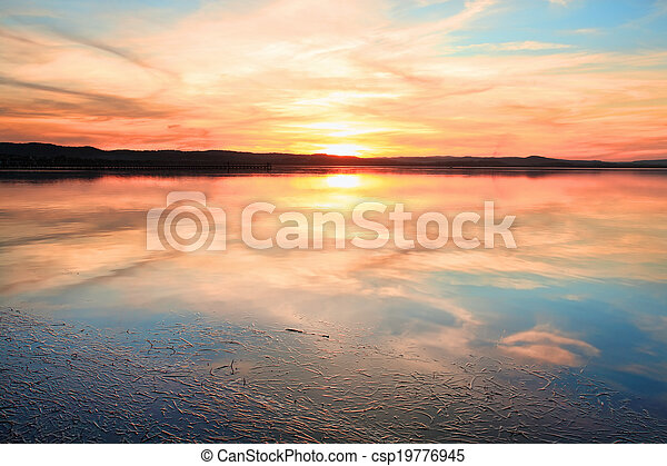 Una puesta de sol sensacional en la larga australia de la NSW - csp19776945