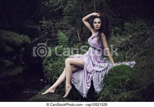 Mujer sensual en el paisaje natural - csp10521529