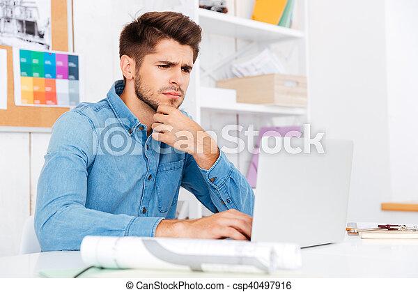 sentado, escritorio, arriba, hombre de negocios, cierre, retrato - csp40497916