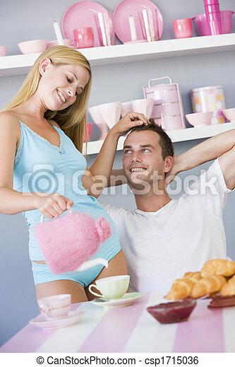 Una pareja joven sentada en una mesa coqueteando y tomando el té - csp1715036
