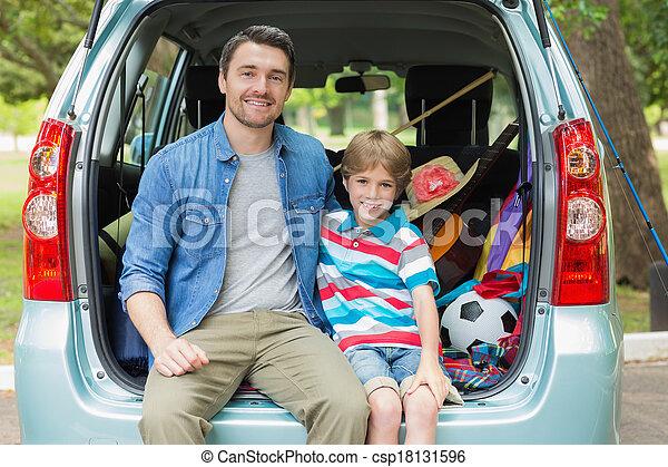 sentando, car, pai, filho, tronco, feliz - csp18131596
