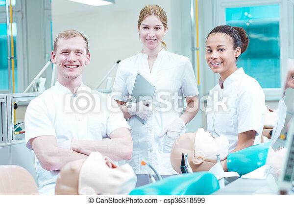 Feliz de ser futuros dentistas - csp36318599