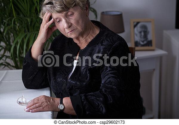 La jubilada está de luto - csp29602173