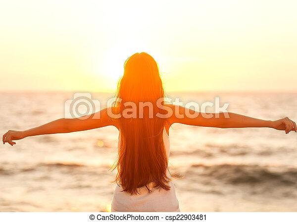 ser, mulher, feliz, liberdade, sentimento, livre, desfrutando, praia, sunset. - csp22903481
