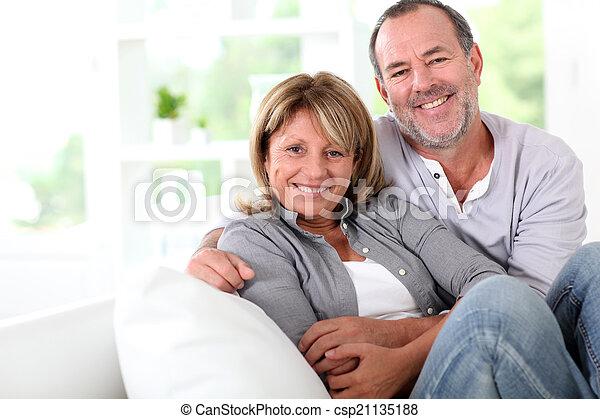Una pareja alegre de ancianos disfrutando estar en casa - csp21135188