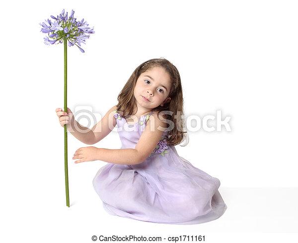 Una chica serena con flores - csp1711161