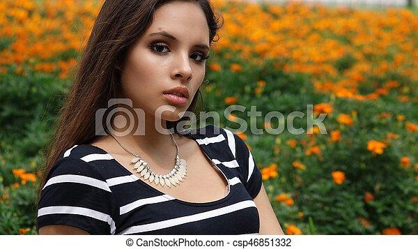 Una mujer joven en el parque - csp46851332
