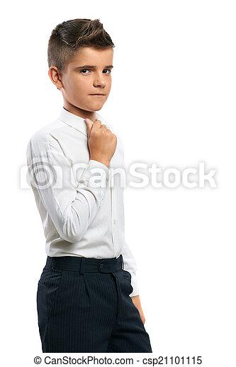 Un chico serio se ajusta el cuello - csp21101115