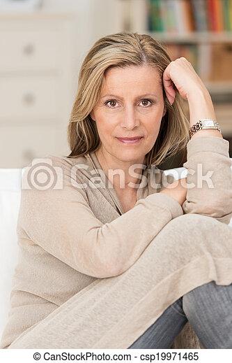 Una mujer seria y pensativa de mediana edad - csp19971465