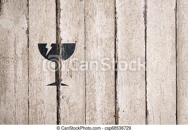 Glassplitter. Teil einer Serie. Beförderung, Beförderungszeichen und Symbole. Lieferservice. Bar, Pflege, Nachtclub. Vintage, Country-Stil. Versandbedingungen. - csp68536729