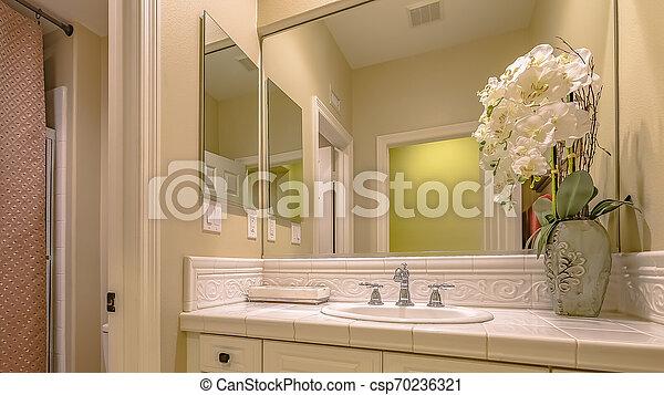 El interior de Panorama de un baño pequeño con un solo lavabo vanidad y baño - csp70236321