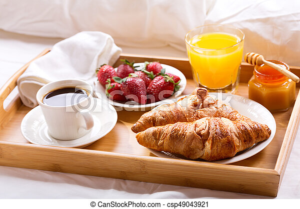 Servido bandeja de desayuno cama caf cama jugo fresas fresco desayuno bandeja - Bandeja desayuno cama ...