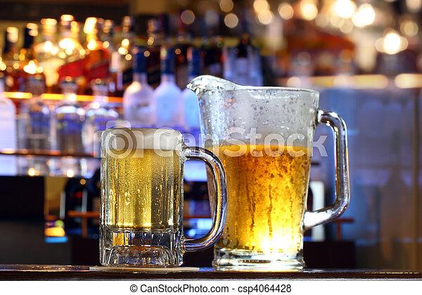 Cerveza servida en un bar - csp4064428