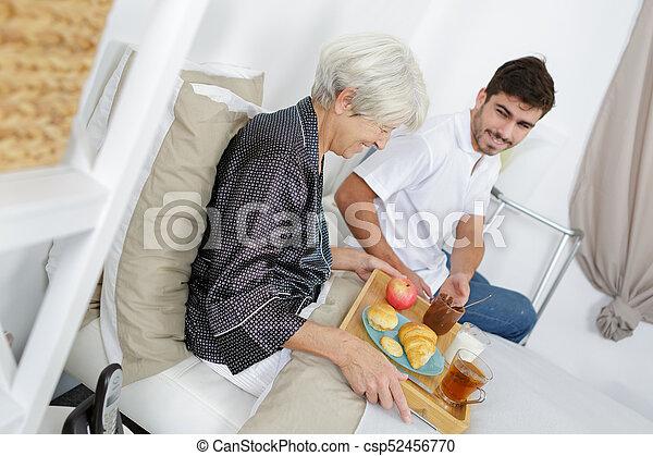 servir, femme aînée, maison, infirmière, petit déjeuner - csp52456770