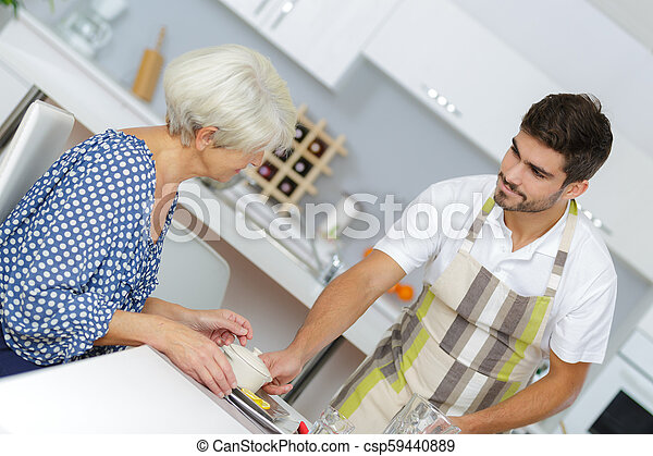 servir, femme aînée, maison, infirmière, petit déjeuner - csp59440889
