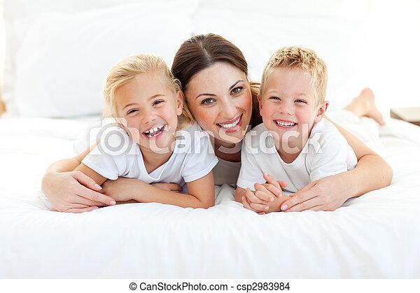 seu, animado, tendo divertimento, mãe, mentindo, crianças - csp2983984