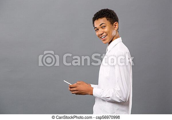 seu, jovem, alegre, smartphone, usando, homem - csp56970998